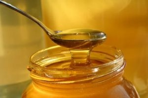 spoonful-of-honey-squirting-into-a-jar_2624789